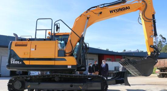Escavadora giratória reforça maquinaria pesada do Município